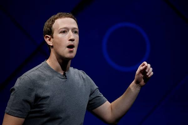 Pendiri dan CEO Facebook Mark Zuckerberg berbicara di panggung saat  konferensi  tahunan Facebook F8 di San Jose, California, AS, 18 April 2017. - Reuters