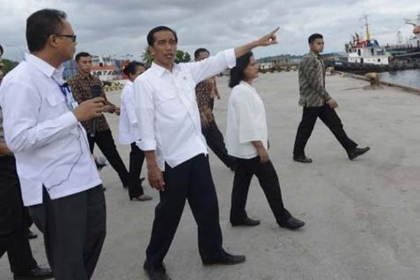 Jokowi Meninjau Pelabuhan Sorong. Presiden Joko Widodo didampingi Ibu Negara Iriana Joko Widodo meninjau Pelabuhan Sorong, Papua Barat - Antara