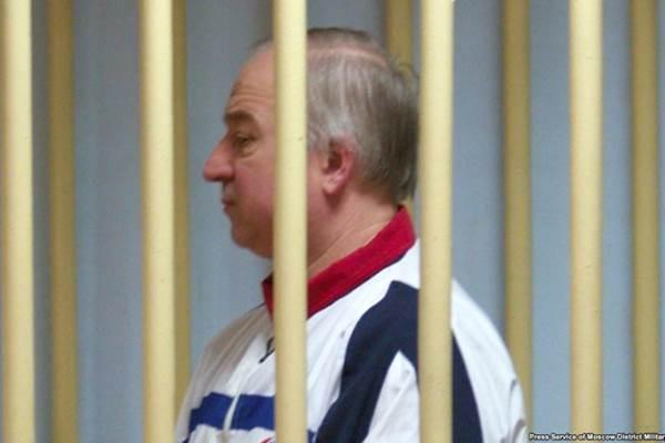 Sergei Skripal berdiri di balik jeruji di ruang tahanan pengadilan Moskow, Agustus 2006. - kyivpost.com/Press Service of Moscow District Millitary Court