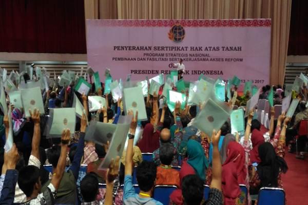 Presiden Joko Widodo dalam acara penyerahan sertifikat tanah di Dome, Balikpapan, Kamis (13/7/2017). - Bisnis.com/Nadya Kurnia