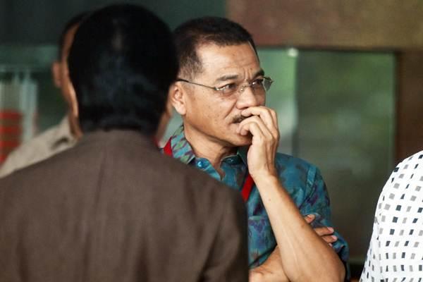 Mantan Mendagri Gamawan Fauzi (kedua kiri) tiba di Gedung KPK untuk menjalani pemeriksaan di Jakarta, Rabu (8/11). - ANTARA/Akbar Nugroho Gumay