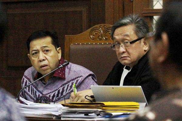 Terdakwa kasus korupsi KTP elektronik Setya Novanto (kiri) menyimak keterangan saksi saat menjalani sidang lanjutan di Pengadilan Tipikor, Jakarta, Senin (12/2/2018). - ANTARA/Reno Esnir