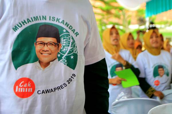 Warga Nahdliyin mengikuti deklarasi dukungan untuk Ketum PKB Muhaimin Iskandar (Cak Imin) maju di Pilpres 2019, di Pondok Pesantren Bahrul Hidayah Banyuwangi, Jawa Timur, Sabtu (17/2/2018). - ANTARA/Budi Candra Setya