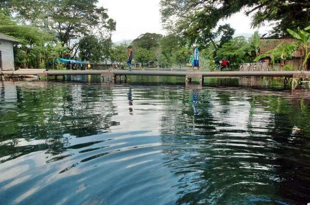 Pengunjung berjalan di atas pipa air, di sumber mata air alam Umbulan, Kabupaten Pasuruan, Jawa Timur. - JIBI/Wahyu Darmawan