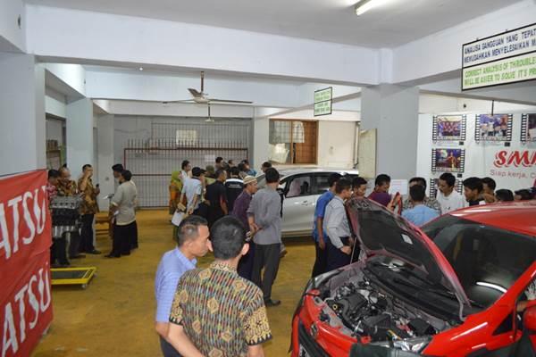 Sejumlah guru SMK melihat-lihat perkembangan teknologi otomotif di dalam mobil Daihatsu. - Istimewa/Daihatsu