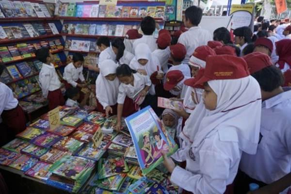 Siswa memilih buku saat pameran buku. - .Antara/Hendra Nurdiyansyah