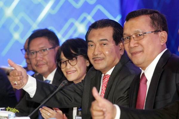 Direktur Utama Bank BRI Suprajarto (kedua kanan) didampingi direksi lainnya memberikan penjelasan mengenai hasil rapat umum pemegang saham luar biasa (RUPSLB) di Jakarta, Rabu (18/10). - JIBI/Dedi Gunawan