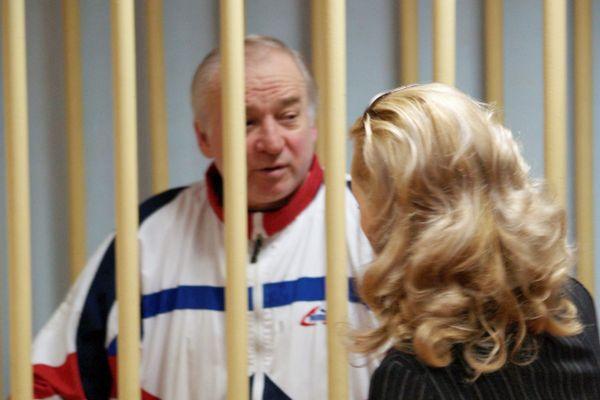 Mantan kolonel badan intelijen militer Rusia Sergei Skripal berada di dalam sel dalam sebuah sidang di pengadilan militer Moskow, Rusia pada 2006. - Reuters
