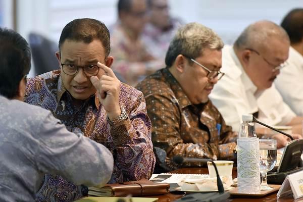 Gubernur DKI Jakarta Anies Baswedan (kedua kiri), Gubernur Jawa Barat Ahmad Heryawan (kedua kanan), dan dan Gubernur Sumatra Selatan Alex Noerdin (kanan) menghadiri rapat terbatas persiapan Asian Games XVIII di kantor Presiden, Jakarta, Selasa (6/3/2018). - ANTARA/Puspa Perwitasari