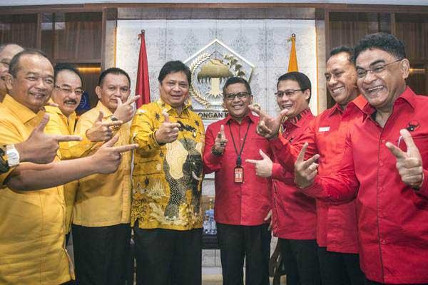 Sekjen PDIP Hasto Kristiyanto (keempat kanan) bersama Ketua Umum Partai Golkar Airlangga Hartarto (keempat kiri) didampingi masing-masing pengurus partai berfoto bersama saat melakukan pertemuan di Kantor DPP Golkar, Jakarta, Selasa (20/3/2015). - ANTARA/Aprillio Akbar
