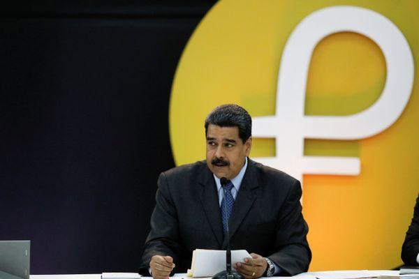 Presiden Venezuela Nicolas Maduro berbicara dalam peluncuran petro, uang virtual milik pemerintah setempat, di Caracas, Venezuela, Selasa (20/2). - Reuters/Marco Bello