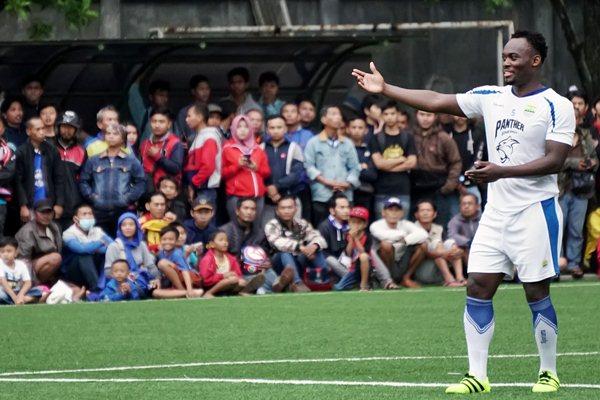 Gelandang baru Persib Bandung Michael Essien menjalani latihan di lapangan Lodaya, Bandung, Jawa Barat, Kamis (30/3). - Antara/Agus Bebeng