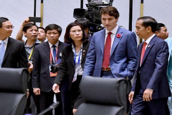 Presiden Joko Widodo (kanan) berjalan dengan Perdana Menteri Kanada Justin Trudeau disela-sela KTT Asean di Manila, Filipina - Sekretariat Kabinet
