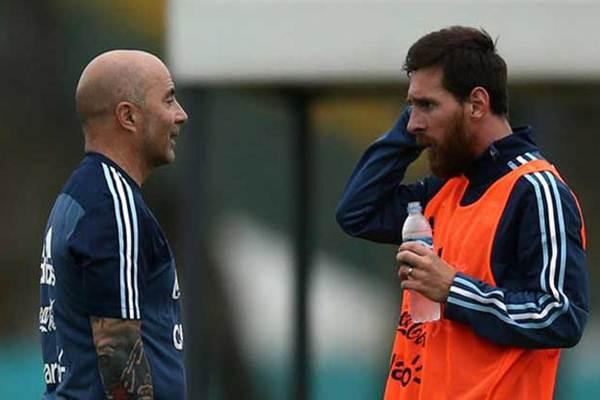 Pelatih Argentina Jorge Sampaoli dan Lionel Messi - Reuters
