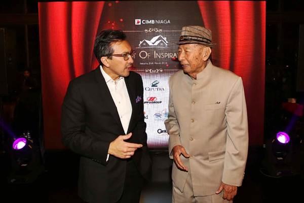 Pendiri Ciputra Group, Ciputra (kanan) berbincang dengan Presiden Direktur PT Bank CIMB Niaga Tbk Tigor M. Siahaan di sela-sela acara KPR CIMB Niaga: Night of Inspiration, di Jakarta, Senin (26/3/2018). Ciputra mendapatkan penghargaan A Lifetime Recognition for Best Developer Achievement 2017. - JIBI/Abdullah Azzam