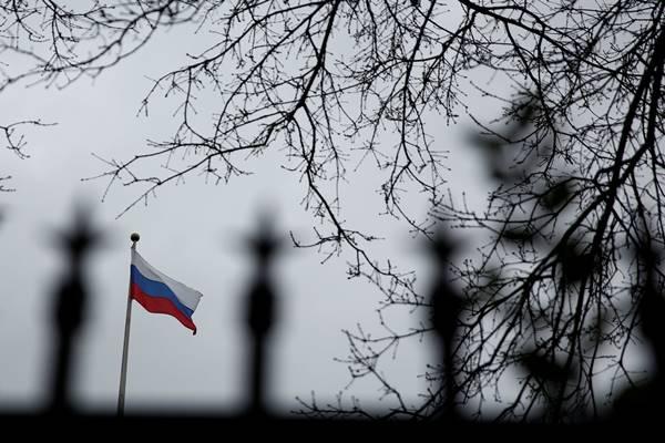 Bendera Rusia berkibar di puncak gedung Konsulat Jenderal Rusia di Seattle, Washington Amerika Serikat, 26 Maret 2018. - Reuters