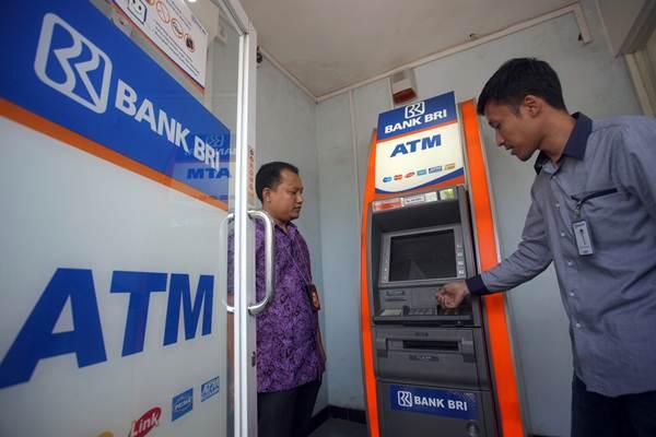 Petugas gabungan dari Polres Blitar dan Kantor Cabang BRI memeriksa mesin Anjungan Tunai Mandiri (ATM) saat berpatroli bersama di Blitar, Jawa Timur, Sabtu (24/3/2018). - ANTARA/Irfan Anshori