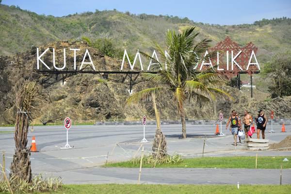 Sejumlah wisatawan berada di Kawasan Ekonomi Khusus (KEK) Mandalika di Pantai Mandalika, Kuta, Praya, Lombok Tengah, Nusa Tenggara Barat. - Antara