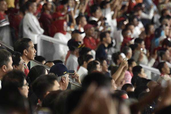 Presiden Joko Widodo (kiri) di Stadion Utama Gelora Bung Karno, Jakarta. - ANTARA/Puspa Perwitasari