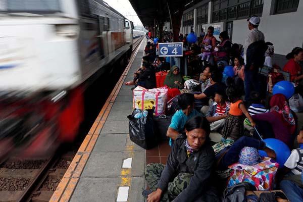 Ilustrasi: Kepadatan pemudik di Stasiun Pasar Senen Jakarta. - Reuters/Agoes Rudianto