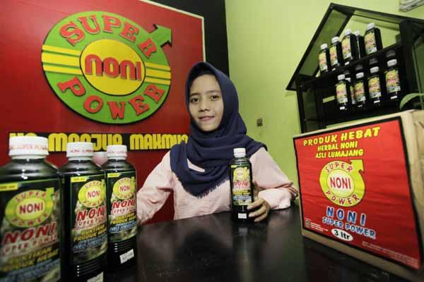 Shoffie Bunga Navandia, mahasiswa Jurusan Agribisnis Fakultas Pertanian dan Peternakan (FPP) Universitas Muhammadiyah Malang (UMM), menunjukkan jamu mengkudu hasil kreasinya - Istimewa