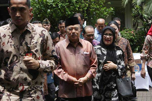 Wakil Presiden Jusuf Kalla (kedua kanan) didampingi Istri Mufidah Jusuf Kalla (kanan) mengunjungi rumah duka Probosutedjo di Jalan Diponegoro, Jakarta, Senin (26/3/2018). - ANTARA/Reno Esnir