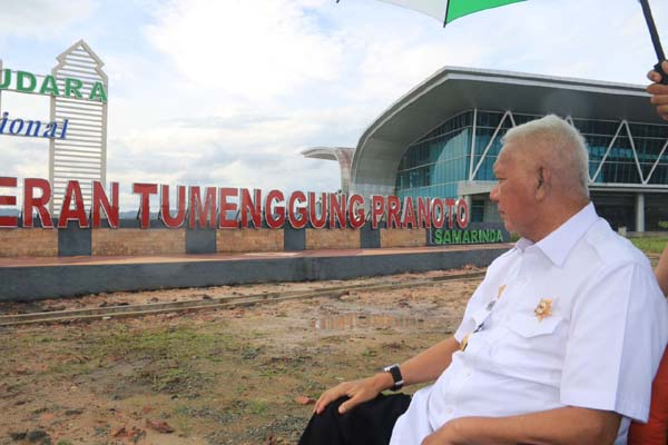 Gubernur Kalimantan Timur Awang Faroek Ishak ketika meninjau Bandara APT Pranoto di Samarinda pada November 2017. - Humas Pemprov Kaltim