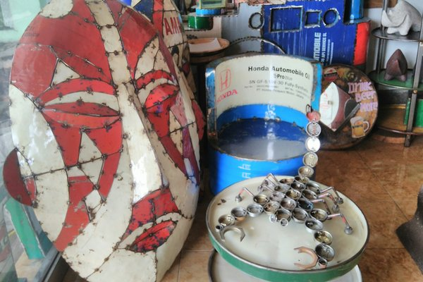 Sejumlah produk furniture olahan drum bekas yang didisplay di toko milik T Vintage and Recycle Iron, Kasongan, Kasihan, Bantul pada Senin (26/3). - JIBI/Sekar Langit