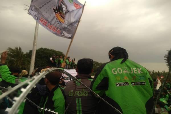 Demonstrasi pengemudi ojek online (Ojol), Gojek-Grab, di depan Istana Presiden, Selasa (27/3). - JIBI/Feni Freycinetia Fitriani