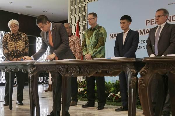 Menteri Enegi dan Sumber Daya Mineral (ESDM) Ignasius Jonan (kedua kiri) menandatangani Naskah Amandemen Kontrak Karya (KK) yang telah ditandatangani oleh enam perusahaan tambang, di Jakarta, Rabu (14/3/2018). - JIBI/Felix Jody Kinarwan