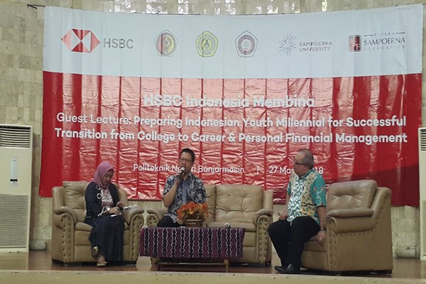 Vice President of Corporate Sustainability PT Bank HSBC Indonesia Yudhi Sutrisna (tengah) sedang memberikan materi untuk mahasiswa Banjarmasin mengenai pentingnya kelola kondisi finansial saat memasuki dunia kerja di acara Guest Lecture dalam rangkaian Semiloka