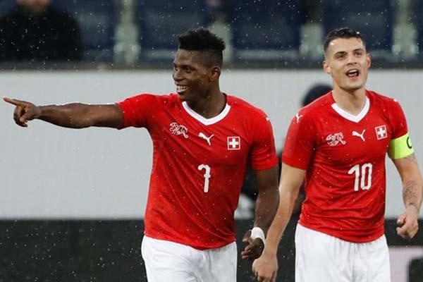 Pemain Swiss Breel Embolo (kiri) selepas menjebol gawang Panama, merayakannya bersama kapten tim Granit Xhaka. - Reuters/Stefan Wermuth