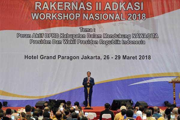 Presiden Joko Widodo memberikan sambutan ketika membuka Rakernas II Asosiasi DPRD Kabupaten Seluruh Indonesia (Adkasi) di Jakarta, Selasa (27/3/2018). - ANTARA/Wahyu Putro A