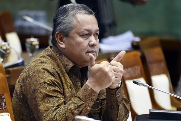 Calon Gubernur Bank Indonesia Perry Warjiyo memberi salam kepada anggota Komisi XI DPR sebelum menjalani uji kelayakan dan kepatutan di Kompleks Parlemen Senayan, Jakarta, Rabu (28/3/2018). - ANTARA/Puspa Perwitasari