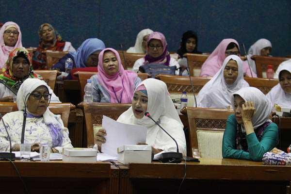 Korban kasus penipuan dana umroh First Travel melakukan audiensi kepada perwakilan Komisi VIII DPR dan Fraksi PPP di Kompleks Parlemen, Jakarta, Jumat (18/8). - ANTARA/Reno Esnir