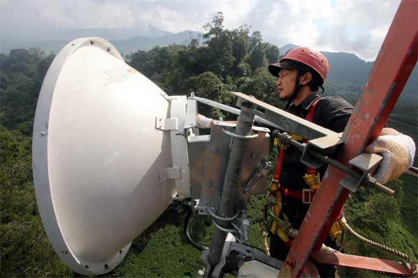 Petugas teknisi XL memeriksa perangkat jaringan BTS 4G di kawasan Puncak, Bogor, Jawa Barat, Rabu (14/6). - Antara/Yulius Satria Wijaya