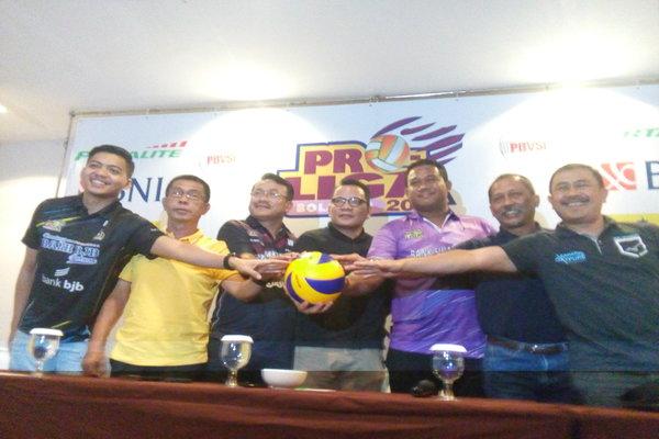Wakil Direktur Proliga Reginald Nelwan (tengah) berfoto bersama dengan manajer tim peserta Proliga 2018 di Malang, Rabu (28/3/2018). - Bisnis/Choirul Anam