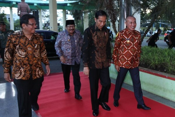 Presiden Jokwi (dua dari kanan) bersama dengan Pjs Wali Kota Malang Wahid Wahyudi (kanan), Menteri Agraria dan Tata Ruang (ATR)/Kepala Badan Pertanahan Nasional (BPN), Sofyan Djalil (kiri) dan Gubernur Jatim Soekarwo (belakang) di Kota Malang, Jatim, Rabu (28/3/2018). - Istimewa