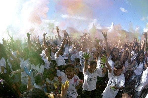 Sejumlah warga saling melemparkan bubuk warna-warni saat Festival Holi di Denpasar, Bali, Sabtu (10/3). - Antara/Fikri Yusuf