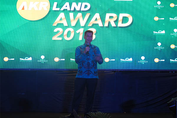 Chief Executive Officer PT AKR Land Development Edhi Sutanto membuka AKR Land Award 2018 di Novotel Manado Golf Resort & Convention Center, Grand Kawanua International City, Selasa (27/3 - 2018). AKR Land Development berencana melantai di Bursa Efek Indonesia pada 2020.