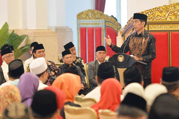 Presiden Joko Widodo menyampaikan paparan saat pertemuan dengan pengurus dan nasabah Bank Wakaf Mikro di Istana Negara, Jakarta, Rabu (28/3/2018). - ANTARA/Wahyu Putro A