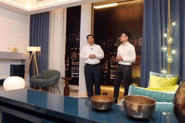 Pimpinan Proyek Fifty Seven Promenade Trijas Hwe (kiri) bersama Associate Director PT Intiland Development Tbk Andrew Kang, meninjau show unit proyek Fifty Seven Promenade, di Jakarta, Selasa (27/3/2018). - JIBI/Endang Muchtar