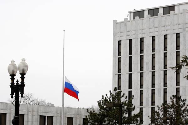 Bendera Federasi Rusia di Kedutaan Besar Rusia di Washington, Amerika Serikat. - Reuters