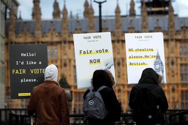Demonstran demo di seberang Parlemen Inggris saat demo di London, Inggris, 29 Maret 2018. - Reuters