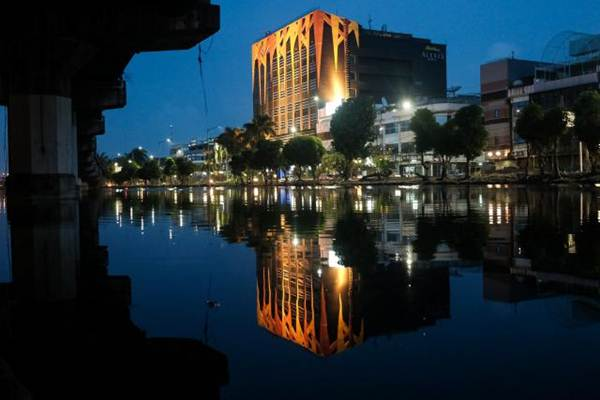 Hotel Alexis dan Griya Pijat Alexis tampak dari seberang jalan Martadinata, Jakarta, Senin (30/10). - JIBI/Felix Jody Kinarwan