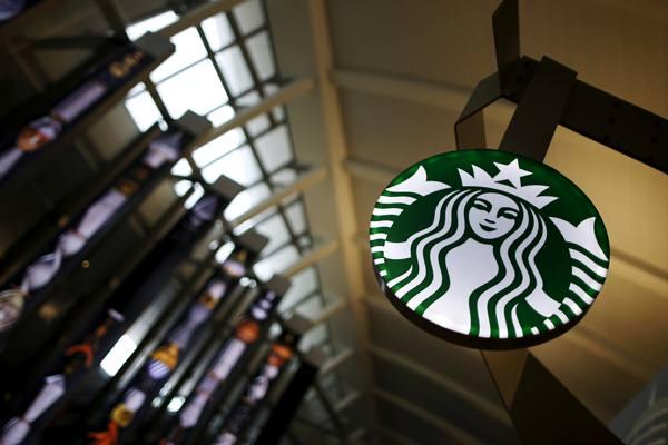 Gerai Starbucks di Terminal Tom Bradley, Bandara LAX Los Angeles, AS. - Reuters