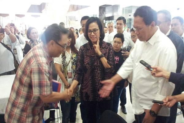 Menteri Keuangan Sri Mulyani Indrawati meninjau pelaksanaan hari terakhir pelaporan SPT PPh orang pribadi (OP) di Kantor Pelayanan Pajak (KPP) Madya Jakarta, Sabtu (31/3/2018). - JIBI/Edi Suwiknyo