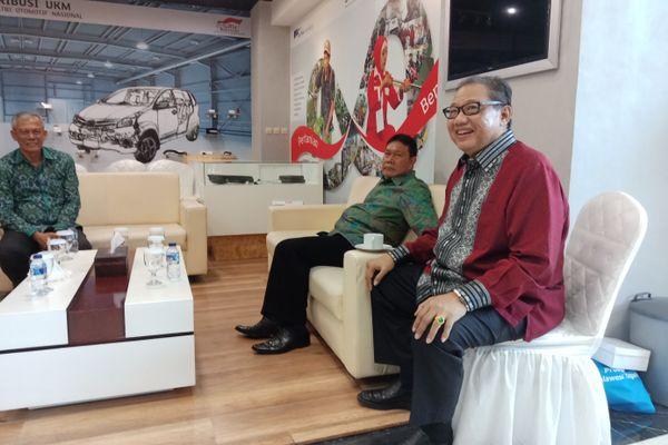 Menteri Koperasi dan UKM AAGN Puspayoga (kanan) di Gedung Smesco, Jakarta usai menghadiri relaunching Produk Unggulan Provinsi, Sabtu (31/3). - Bisnis/Rayful Mudassir