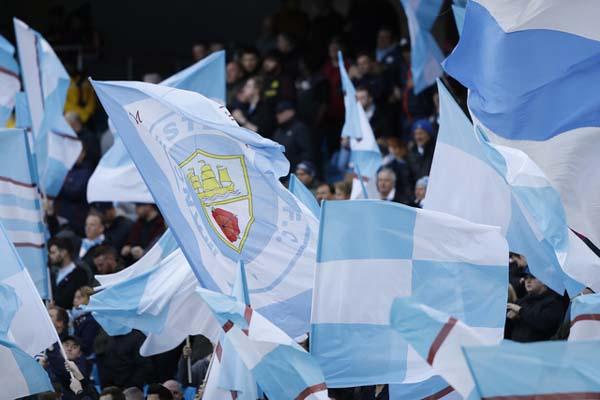 Bendera Manchester City, pemimpin klasemen sementara Liga Primer Inggris. - Reuters/Carl Recine