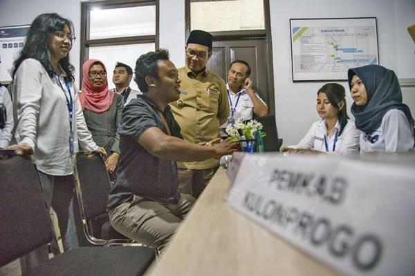 Bupati Kulon Progo Hasto Wardoyo (keempat kanan), Direktur Pemasaran dan Pelayanan PT Angkasa Pura 1 Devy W. Sueadji (kiri) dan General Manager Bandara Adisutjipto Agus Pandu Purnama (ketiga kanan) mendengarkan aduan warga terdampak pembangunan Bandara di